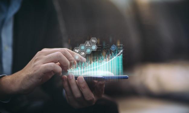 Бизнесмен, работающий с цифровым маркетинговым анализом ai для инвестирования концепция будущего бизнеса