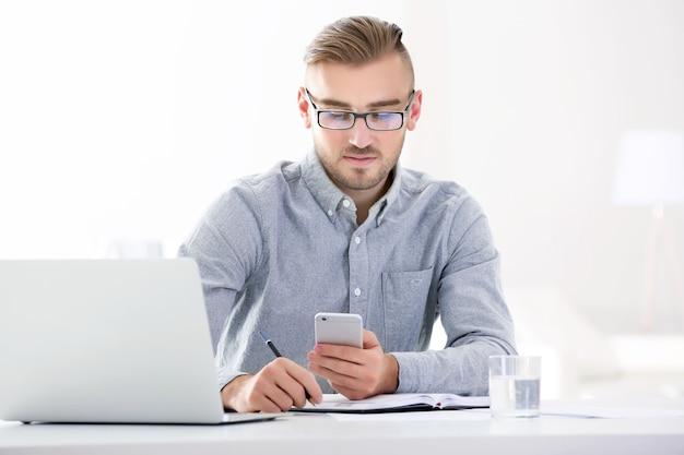 Бизнесмен, работающий с ноутбуком в офисе