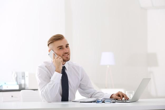 オフィスでラップトップを扱うビジネスマン