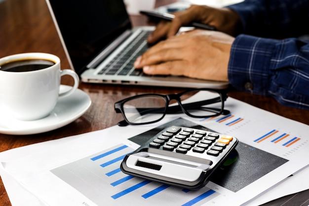 나무 테이블에 노트북과 현대 직장을 사용하는 사업가, 집에서 일을위한 노트북 키보드에 남자 손,