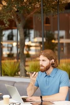 Бизнесмен работает с телефоном и ноутбуком