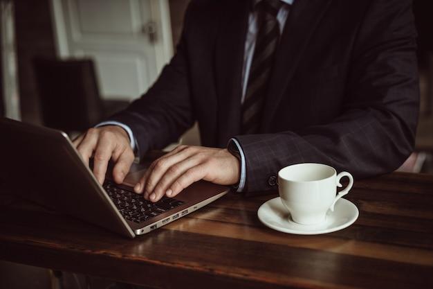 Бизнесмен работает над компьютерным планированием бизнес-стратегии. концепция онлайн-конференции. закройте вверх
