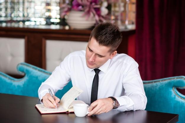 Бизнесмен работает с документами