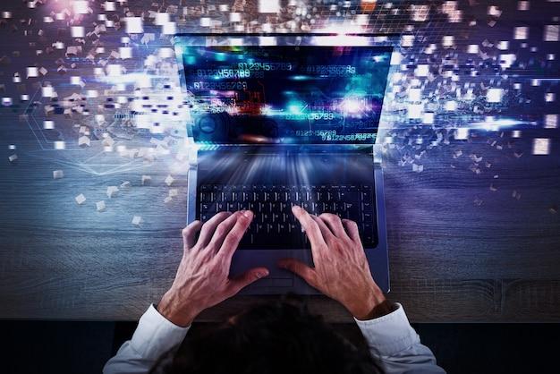 Бизнесмен работает с ноутбуком и футуристическими огнями на экране. глобальное подключение к интернету и концепция потоковой передачи