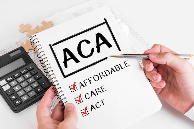 Бизнесмен писать концепции aca на своей записке.