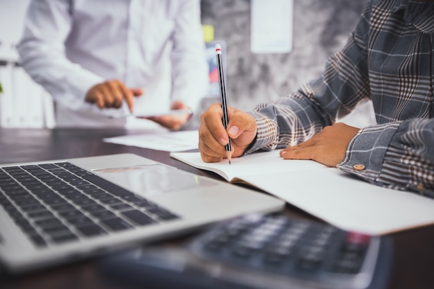 Бизнесмен, написание и планирование на ноутбуке