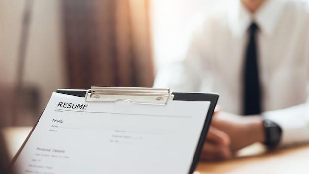 Представление бизнесмена письменное резюме работодателя для рассмотрения заявки на работу.