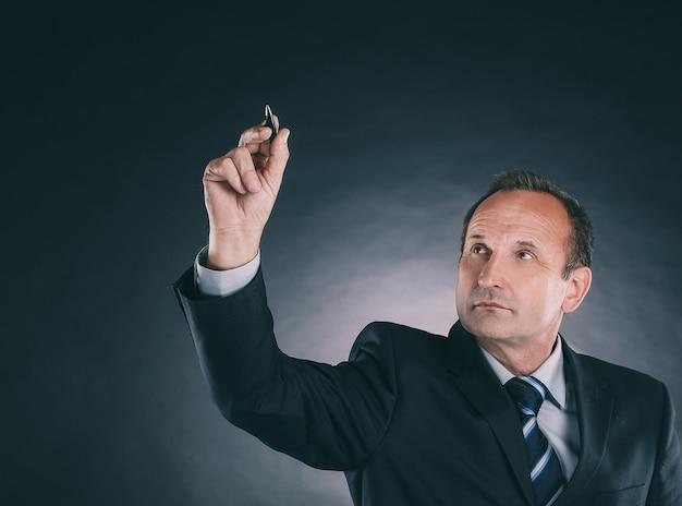 Бизнесмен писать на виртуальной доске. изолированные на черном фоне