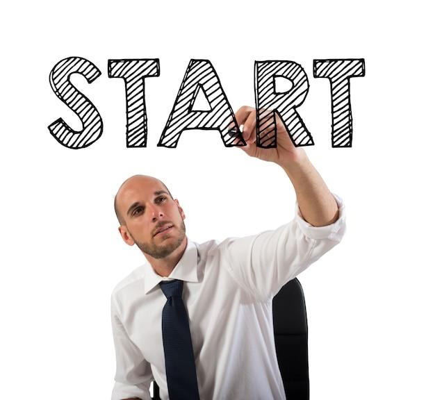 単語を書くビジネスマンはペンで始まります