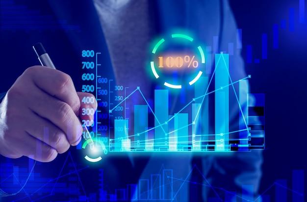 ビジネスマンは、ローソク足チャートで100の成功コンセプトの銀行と金融のチャートを手渡します