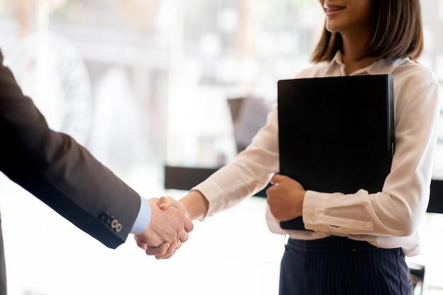 たくさんのビジネスマン握手。