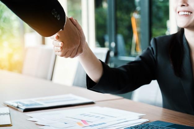 ビジネスパートナーシップ会議のコンセプト。画像businessmansハンドシェイク。多くの成功したビジネスマンのハンドシェイク。