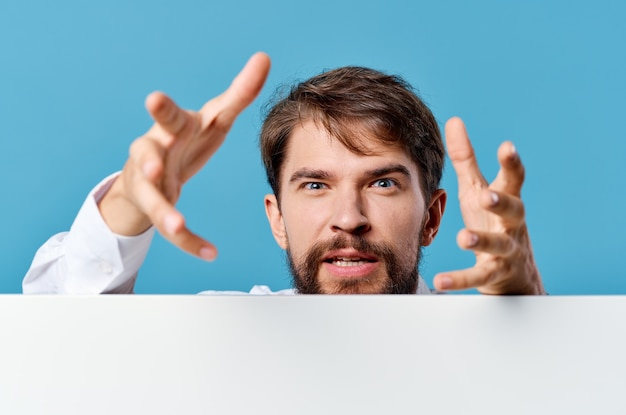 白いバナープレゼンテーション青い背景を宣伝するビジネスマン