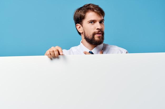 白いバナープレゼンテーションの孤立した背景を宣伝するビジネスマン。高品質の写真