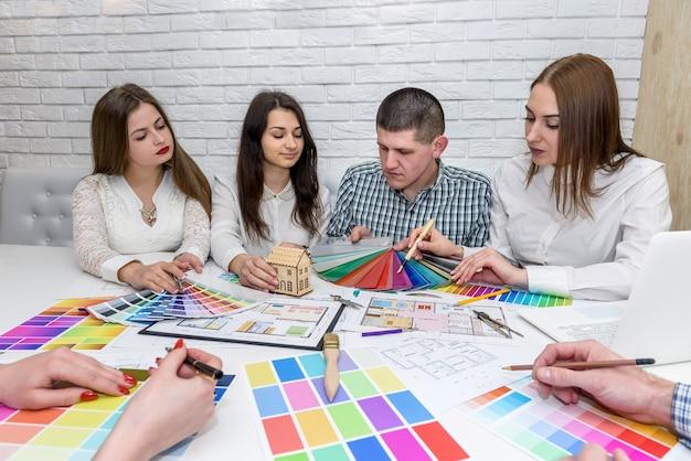 Бизнесмены и архитекторы выбирают образцы цветов для будущего проекта.