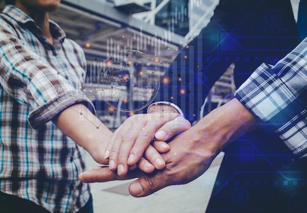 기업인과 엔지니어가 손을 잡고 성공적인 프로젝트를 구축합니다. 팀워크 개념.