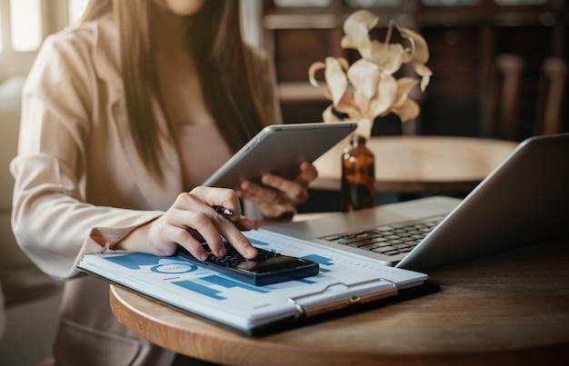 Бизнесмены рассчитывают доходы-расходы и анализируют данные по инвестициям в недвижимость в офисе, бухгалтерский учет, концепция финансовой и налоговой систем.