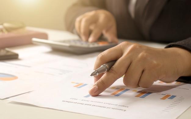 기업인들은 보고서, 재무 데이터 분석을위한 재무 문서, 작업 아이디어 및 시장 데이터를 검토하고 있습니다.