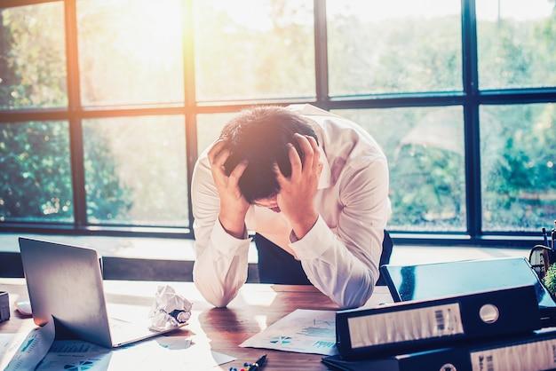 사업가는 사무실에서 일하는 데 스트레스를받습니다.
