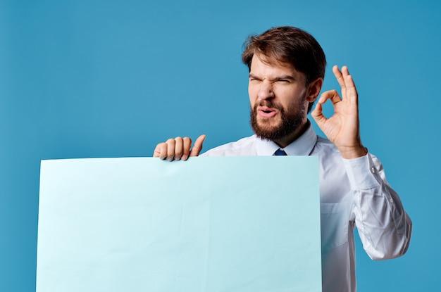 青い背景を宣伝するビジネスマンの青いシートのプレゼンテーション