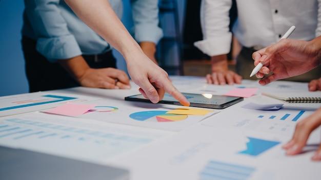 Uomini d'affari e donne d'affari che incontrano idee di brainstorming