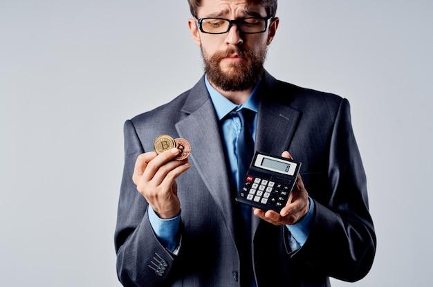 금융 밝은 배경을 계산하는 손에 사업가 계산기 bitcoin입니다. 고품질 사진