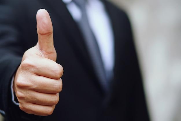 ビジネスマンはマーケティングエグゼクティブを祝福します