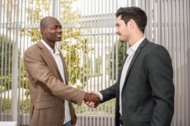 Gli uomini d'affari congratulandosi a vicenda
