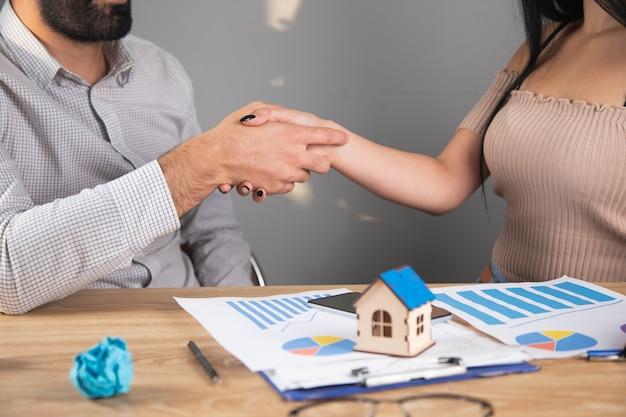ビジネスマンはスケジュールと家について話し合います。握手をする