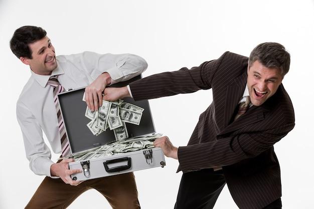 사업가 분할 이익 사무원은 돈으로 가득 찬 여행 가방으로 대박 사업가를 이겼습니다
