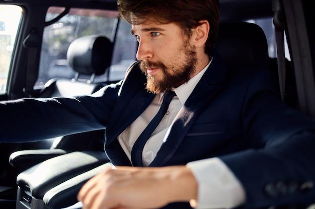 豊富な車の旅の贅沢なライフスタイルの成功サービスを運転するビジネスマン