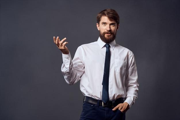 ビジネスマンの感情手ジェスチャー暗い背景。高品質の写真