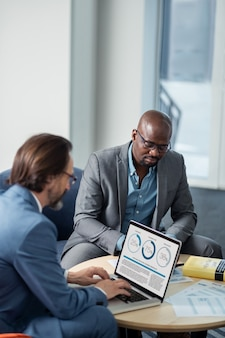 바쁘게 느끼는 사업가들. 회의를 준비하면서 바쁘게 일하는 번영하는 사업가들