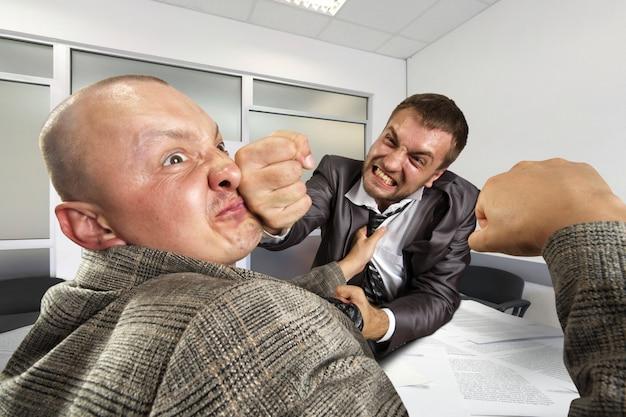Бизнесмены борются в офисе