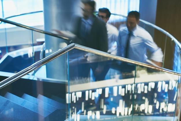 Gli uomini d'affari che vanno al piano di sopra