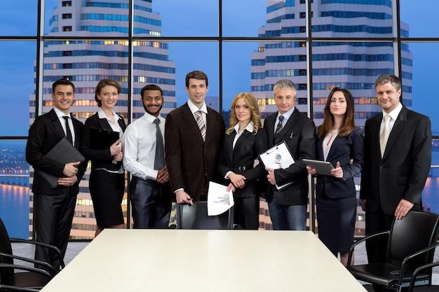 Группа бизнесменов на фоне небоскребов.