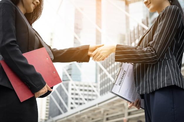 Stretta di mano degli uomini d'affari con il compagno di lavoro, handshake business partner lavorano insieme.