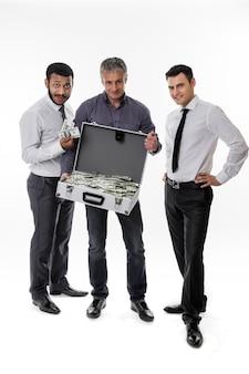 사업가들은 많은 돈을 벌었다 성공한 사람들 돈이 가득 찬 가방을 가진 젊은이들