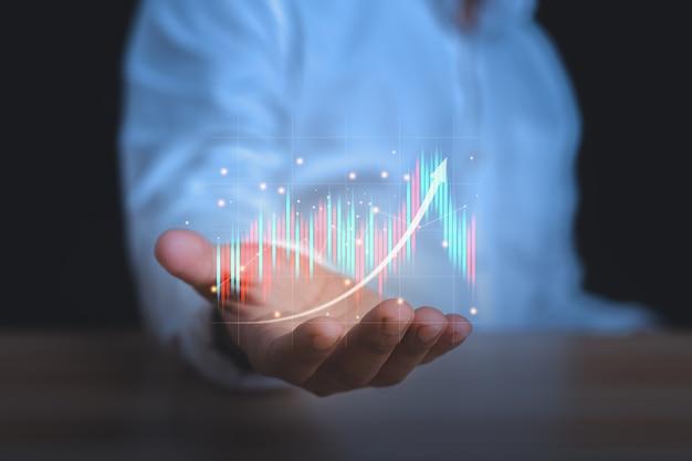 사업가들은 가상 투자 차트와 도표를 들고 보여줍니다. 비즈니스 성장 개념입니다.