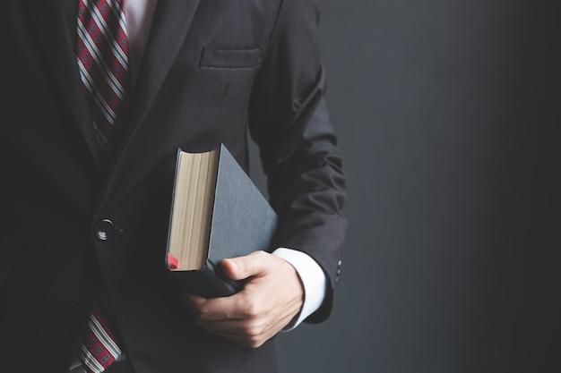聖書を保持しているビジネスマン。