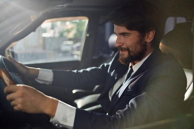 車の中でスーツを着たビジネスマンが自信を持って仕事に行く