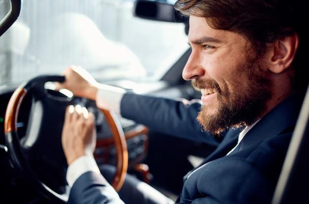 車の中でスーツを着たビジネスマンが成功への旅