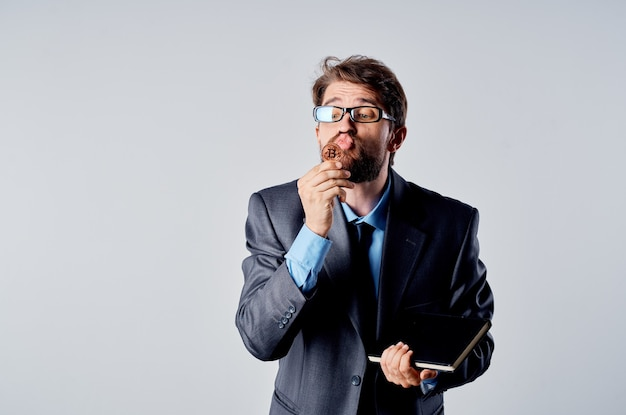 スーツ投資経済の仮想通貨の孤立した背景のビジネスマン