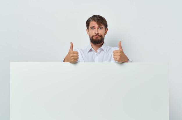 白いtシャツモーションキャプチャポスター割引広告白い背景のビジネスマン