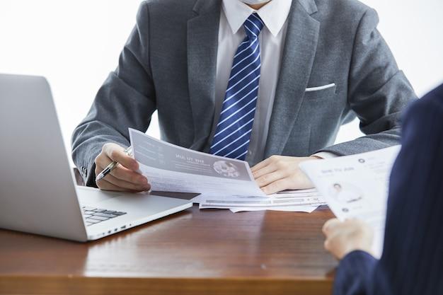 사무실에서 새로운 프로젝트를 논의하는 비즈니스 회의에서 우아한 정장을 입은 기업인