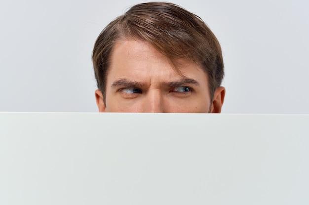 Бизнесмены в костюмах белый мокап плакат скидка рекламная студия copyspace