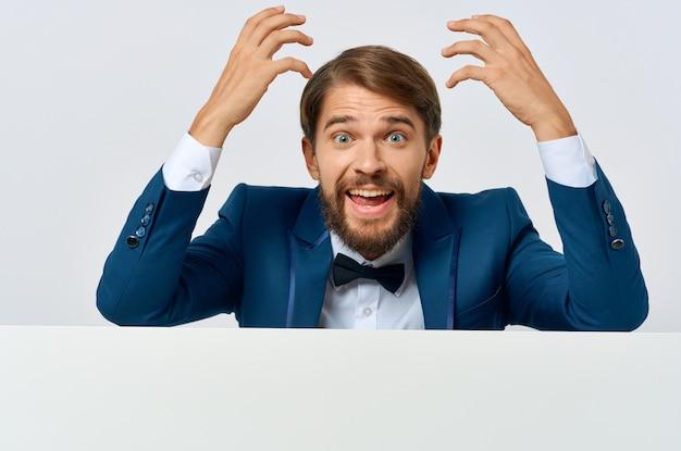 スーツの白いモーションキャプチャポスター割引広告孤立した背景のビジネスマン