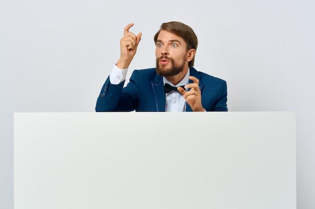 スーツのビジネスマン白いモーションキャプチャポスター割引広告白い背景