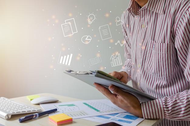 기업인은 파일 정보, 재무 보고서 및 비즈니스 분석을 봅니다.