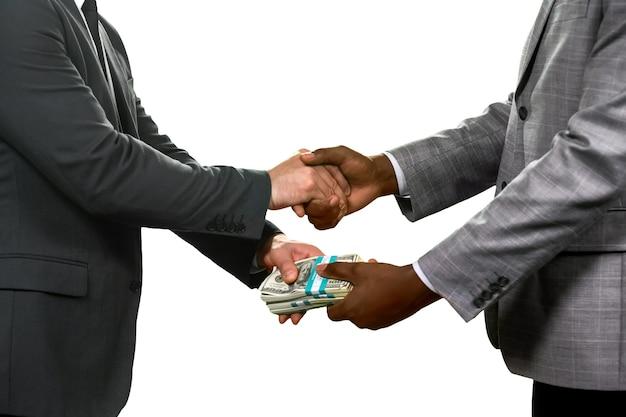 Бизнесмены, заключающие сделку. выберите, кому доверять. окончательное решение. просто и эффективно.